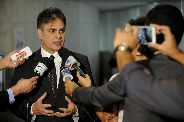 Senador Cássio Cunha Lima (PSDB-PB) se divide entre o bônus do ganho de imagem e o ônus da impopularidade de posições adotadas