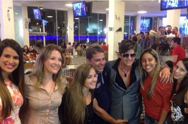 Ao chegar ao Bar do Cuscuz, em Campina Grande, Dr. Rey atendeu a pedidos para posar em fotogrtafias com fãs